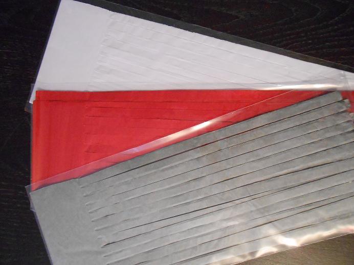tassel gris rouge blanc